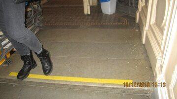 выделенные полосы на ступеньках для категории Слабовидящих вестибюль 1-го этажа на выходе из здания школы